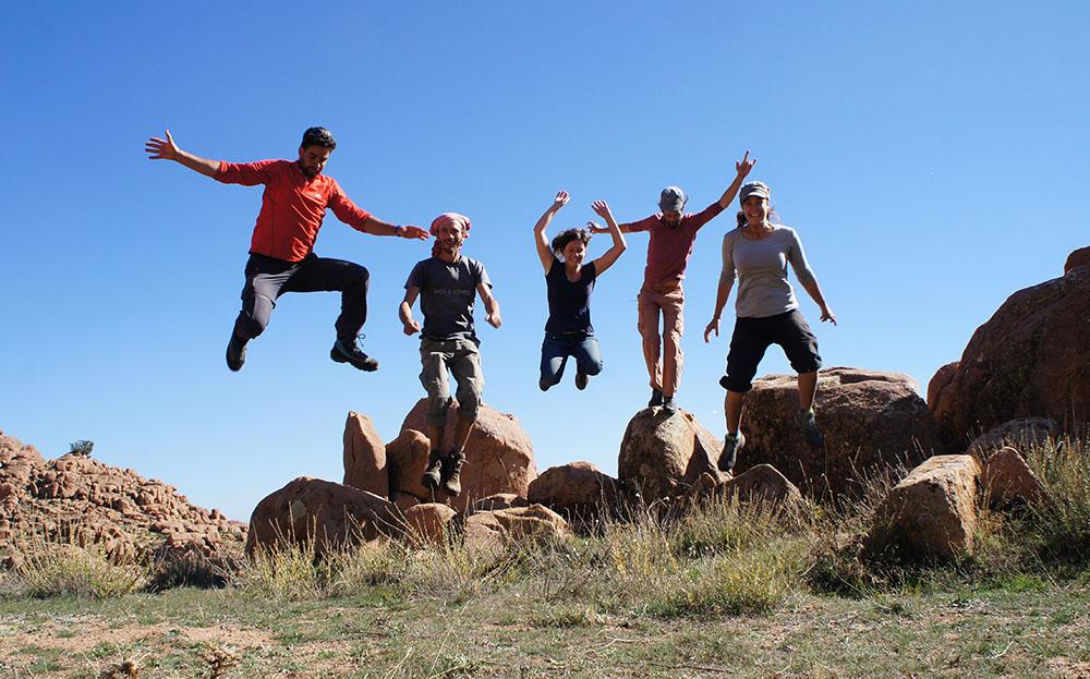 équipe sautant à l'unisson lors d'un comité d'entreprise
