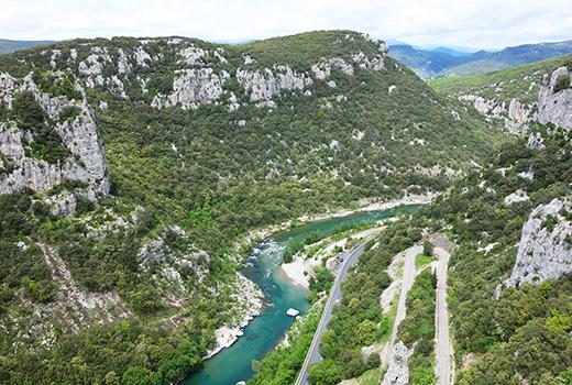 Beau canyon et rivière bleu-vert lors du séjour randonnée à travers chants