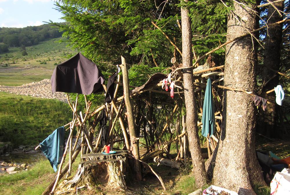 cabane construite lors d'un séjour randonnée dans les Cévennes. rando âne en famille loin de la foule du chemin de Stevenson