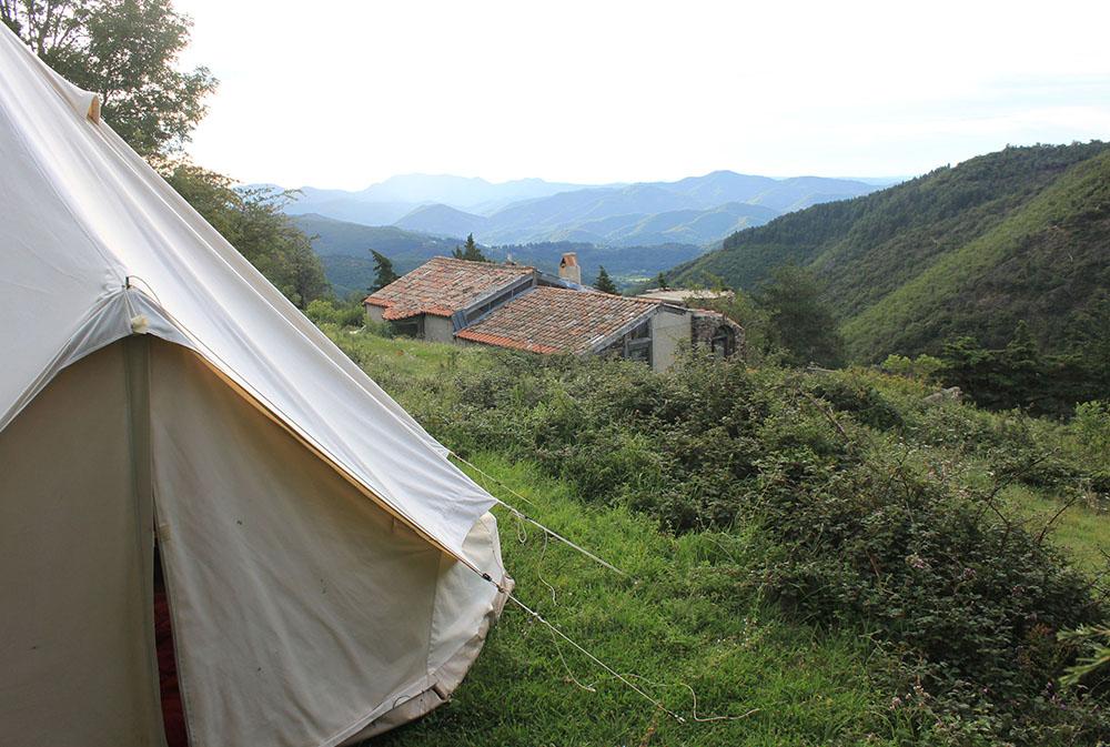 tente plantée dans la vallée lors d'un séjour randonnée en Cévennes avec des ânes rando ânes loin de la foule du chemin de Stevenson. rando âne en famille loin de la foule du chemin de Stevenson