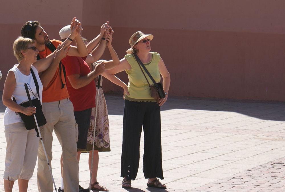 Les accompagnateurs décrivent aux mals voyants lors du voyage au Maroc pour déficients visuels