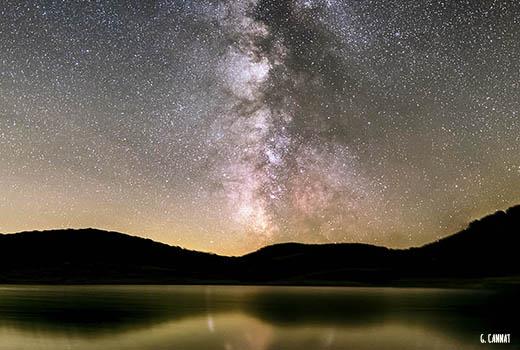 ciel étoilé et voie lactée avec reflets sur le lac lors du séjour astronomie dans les Cévennes. Astronomie en France