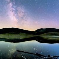 voie lactée et reflet sur lac lors du séjour astronomie dans les Cévennes. Astronomie en France