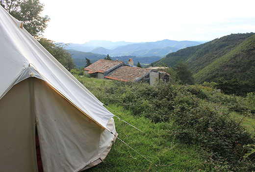 tente plantée dans la vallée lors d'un séjour randonnée en Cévennes avec des ânes
