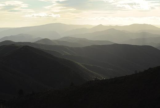 Coucher de soleil sur les montagnes lors du séjour randonnée et méditation dans les Cévennes randonnée meditation