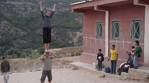 démonstration d'art de rue pour le projet Nawak Production montrant une femme en équilibre sur la tête d'un homme