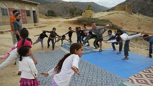 groupe d'enfants faisant un entrainement de gym en plein air pendant le projet Nawak Production