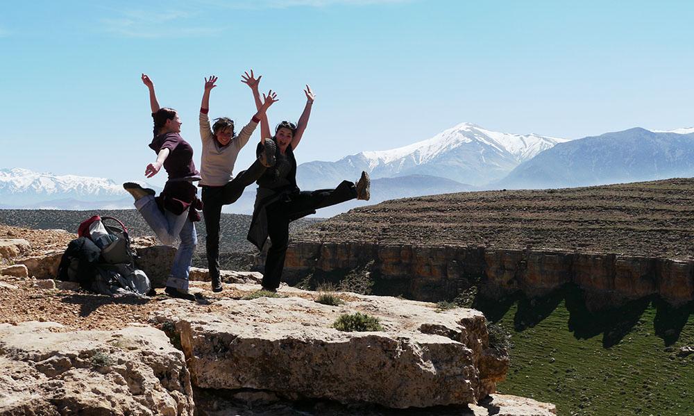 trois filles dynamiques au milieu des montagnes lors d'un comité d'entreprise