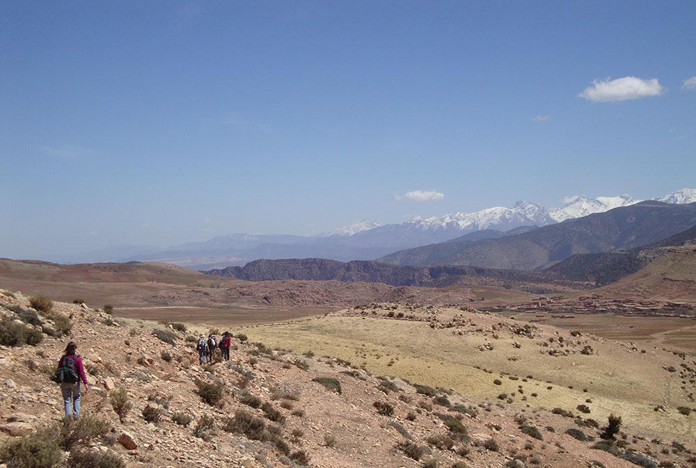 Randonneurs dans une vallée marocaine lors des rencontres avec les Berbères