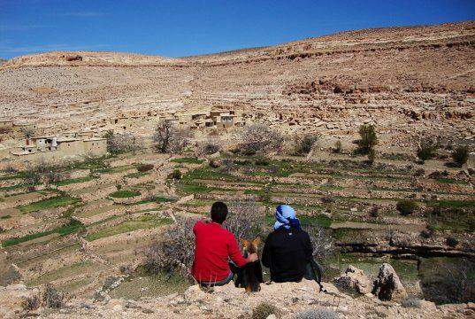 Un couple contemple un village marocain los des rencontres avec les Berbères