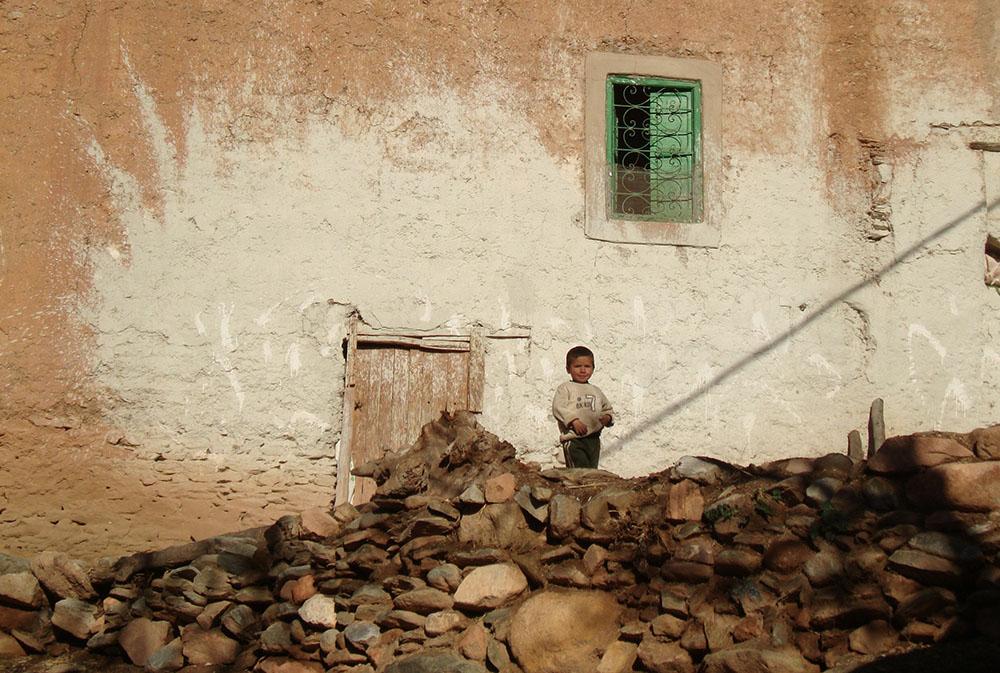 Petit garçon au regard malicieux lors des rencontres avec les Berbères