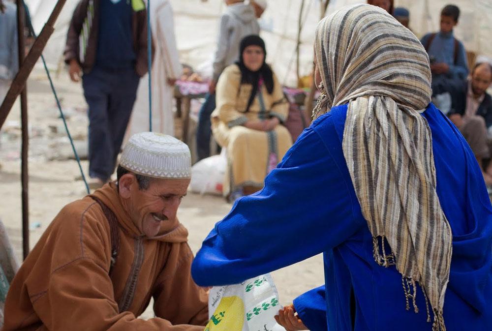Une femme parle avec un homme au marché, lors du séjour rencontres avec les Berbères