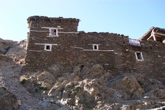 Maison berbère faites de pierre, posées sur de la roche. Séjour Azimut Ascension du Toubkal