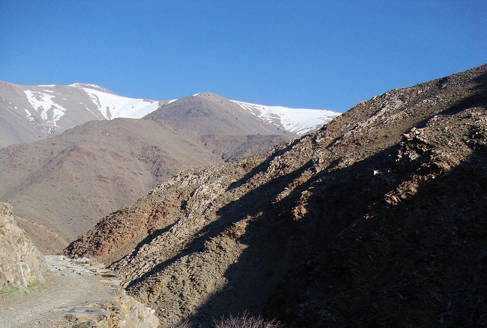 Montagnes rocailleuses et enneigées au sommet lors du séjour Azimut Ascension du Toubkal