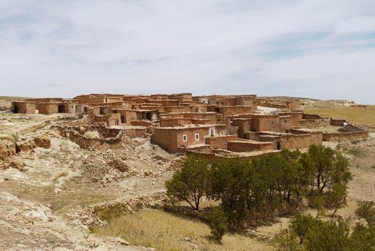Village berbère, composé de maisons carrées, aux couleurs du désert, lors de m'Ascension du Toubkal