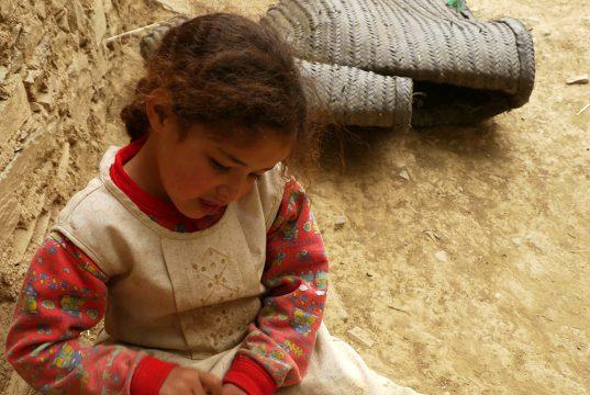 Petit fille jouant, rencontrée lors du séjour Ascension du Toubkal