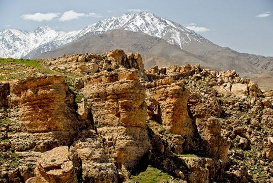 Montagnes enneigées et falaises lors du séjour en famille entre Atlas et océan