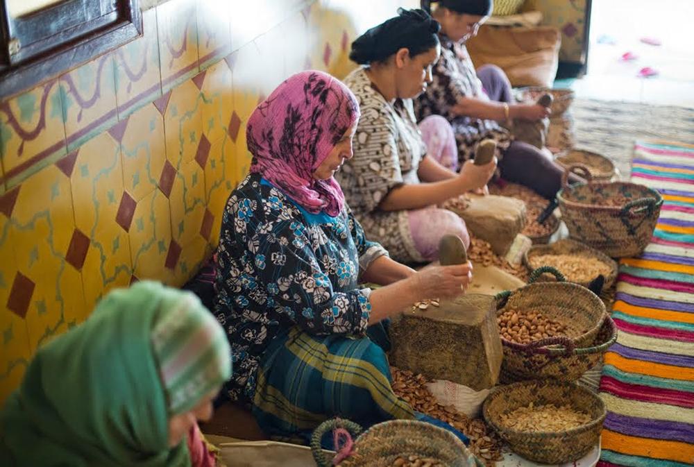 Femme écrasant des graines et céréales