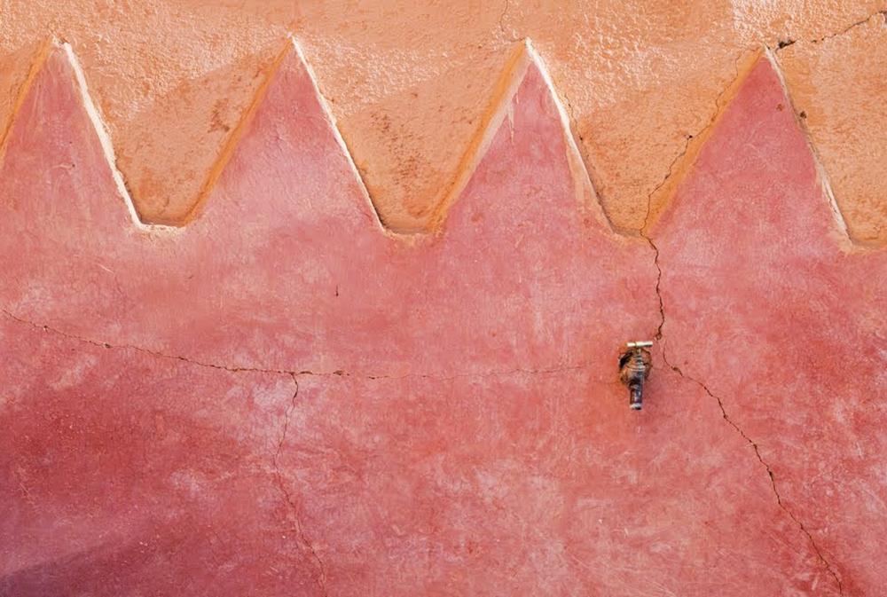 Mur coloré et travaillé lors du séjour en famille entre Atlas et océan