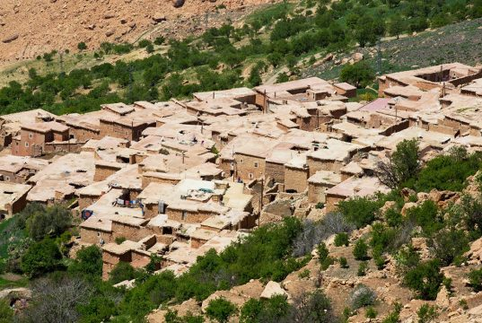Maisons typiques marocaines, carrées, lors du séjour en famille entre Atlas et océan