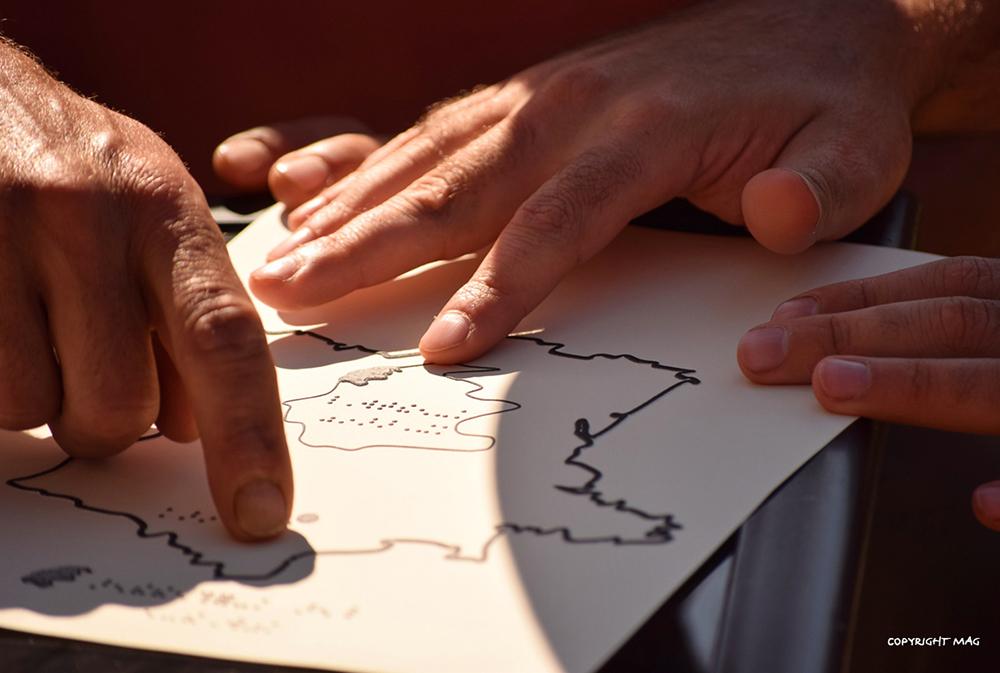 Exploration de la carte en thermo-moulage lors de flâneries dans les Cévennes