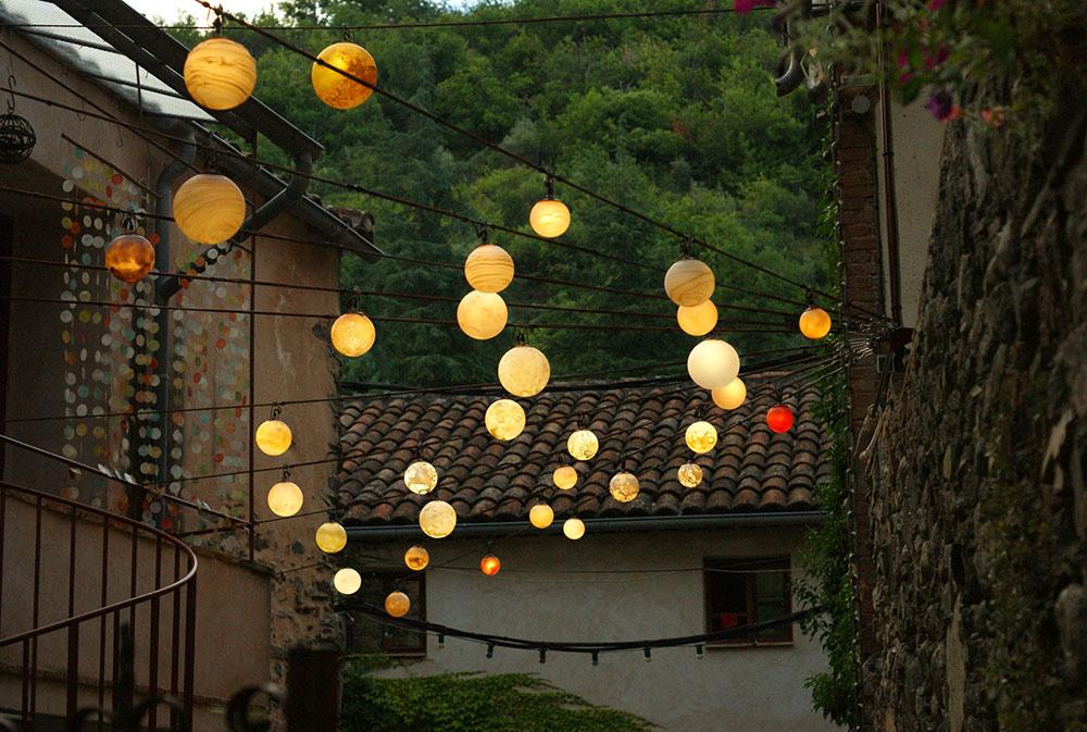 Lampions colorés lors de flânerie gourmande en Cévennes pour déficients visuels