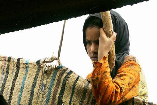 Jeune fille marocaine lors du séjour méharée dans le désert en famille