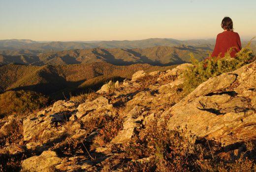 Une personne contemple les montagnes lors du séjour Randonnée à travers chants