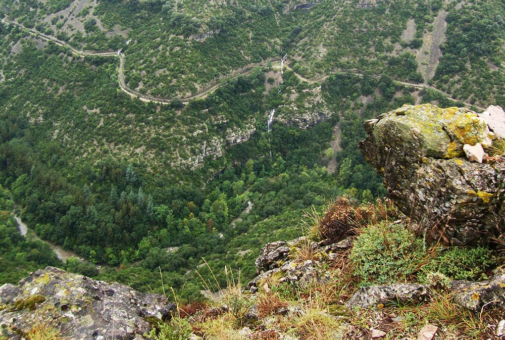 Vue en hauteur d'un sentier à flanc de montagne dans les Cévennes lors de notre séjour dessin