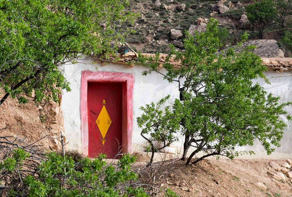 Porte marocaine colorée lors du voyage au Maroc pour déficients visuels