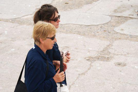 Une personne déficiente visuelle et son accompagnatrice lors du voyage au Maroc pour déficients visuels