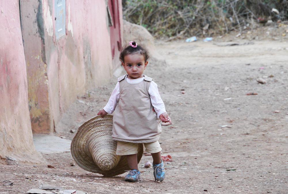 Petite fille lors du voyage au Maroc pour déficients visuels