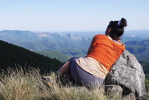 Une femme médite lors du voyage randonnée et méditation en Cévennes randonnée meditation