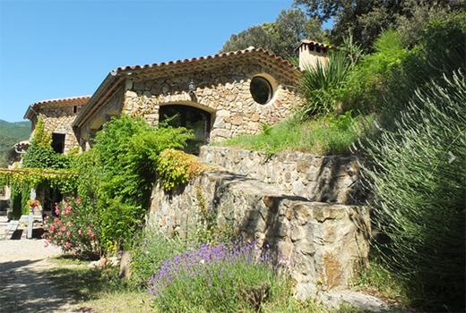 Maisons en pierre lors du séjour adapté au handicap mental dans le Sud