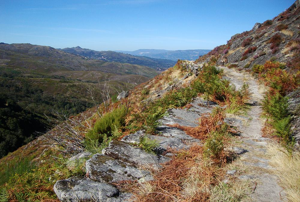Beau chemin en hauteur dans le Parc national du Peneda Geres