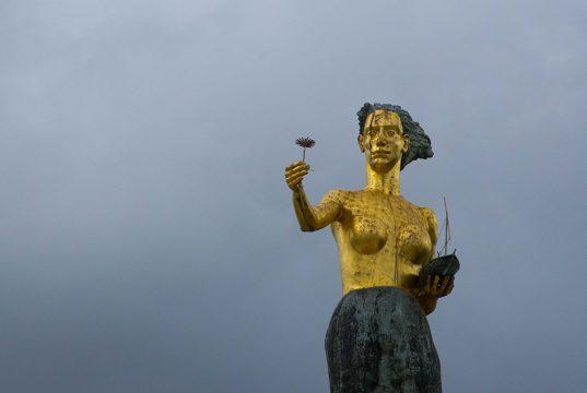 Statue en or dédiée à la mer