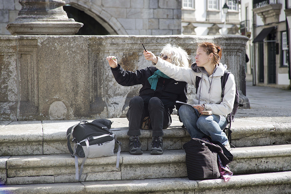 Lucye en train de conseiller une voyageuse à Viana do Castello