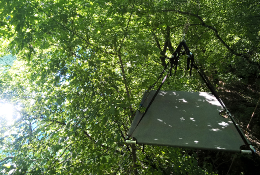 Photo d'un portaledge suspendu juste au dessus de la rivière l'Hérault