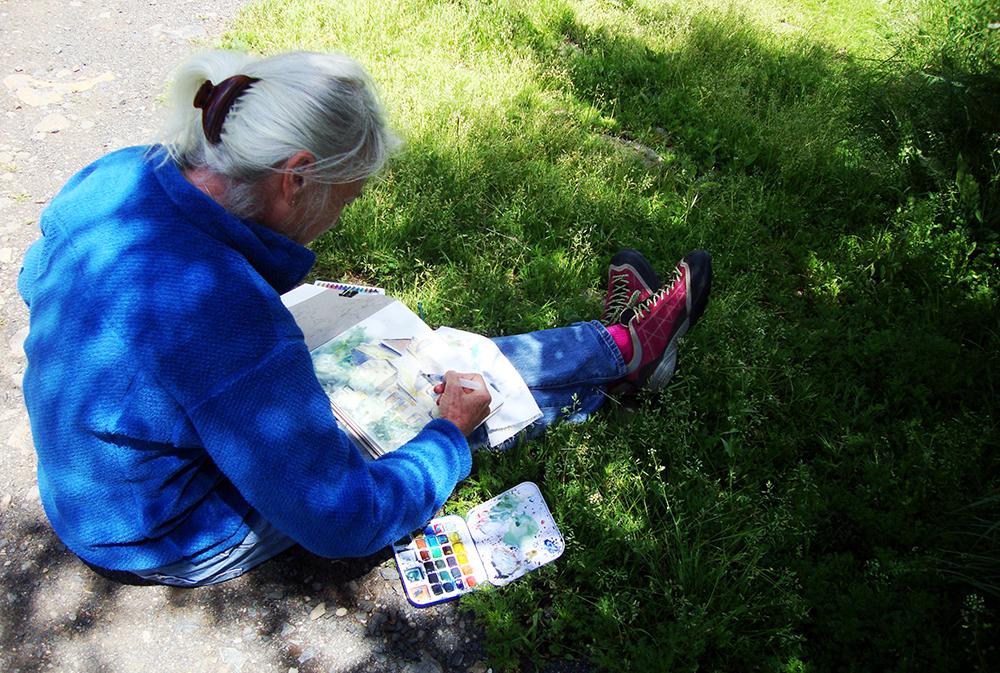 Dessinatrice en plein travail lors de notre séjour dessin sur l'Aubrac