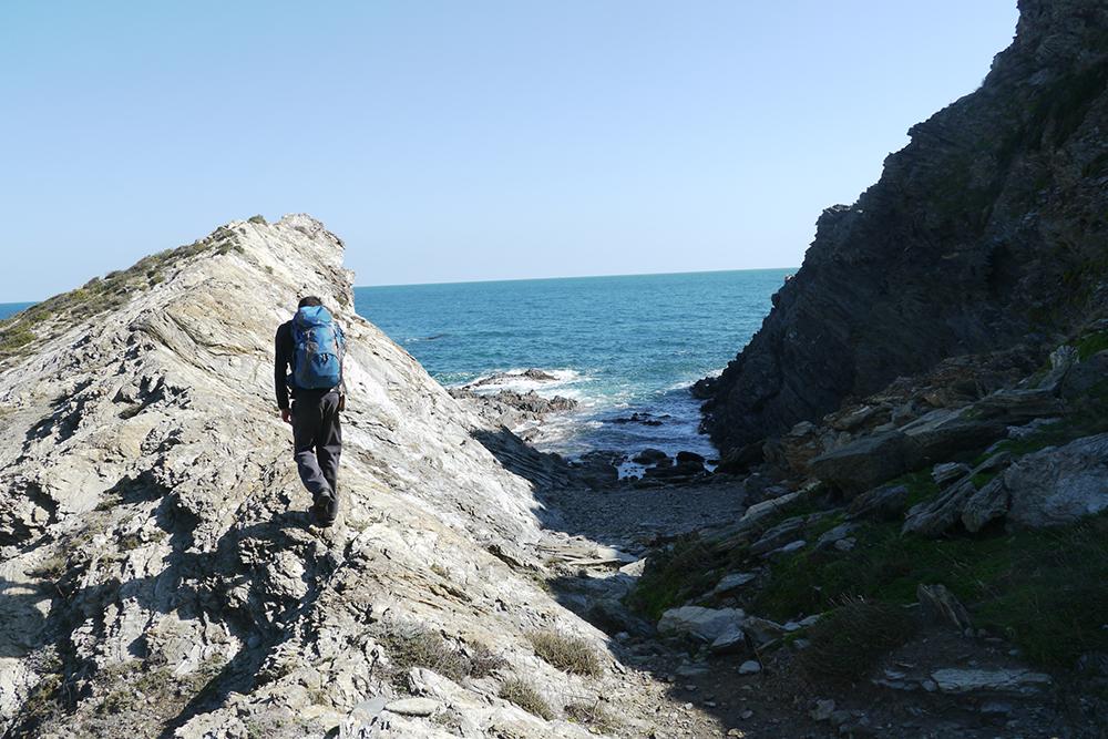 Paul dans une crique le long du sentier maritime