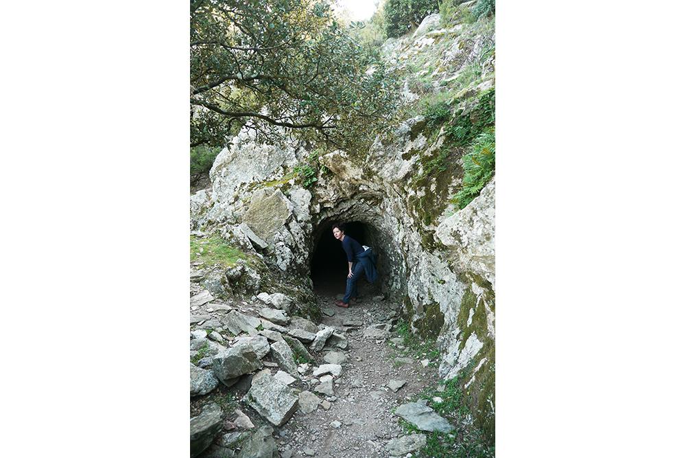 Gaëlle entre dans un tunnel au cours d'une randonnée dans les Pyrénées